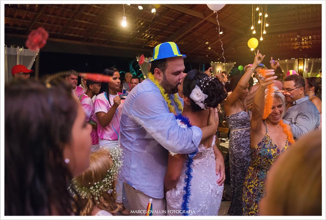 Beijo dos noivos em festa de casamento