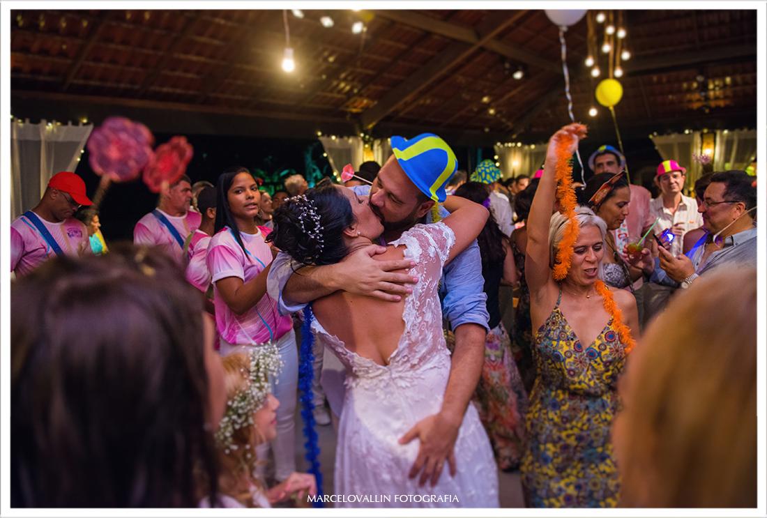 Beijo dos noivos em festa de casamento Sítio veredas
