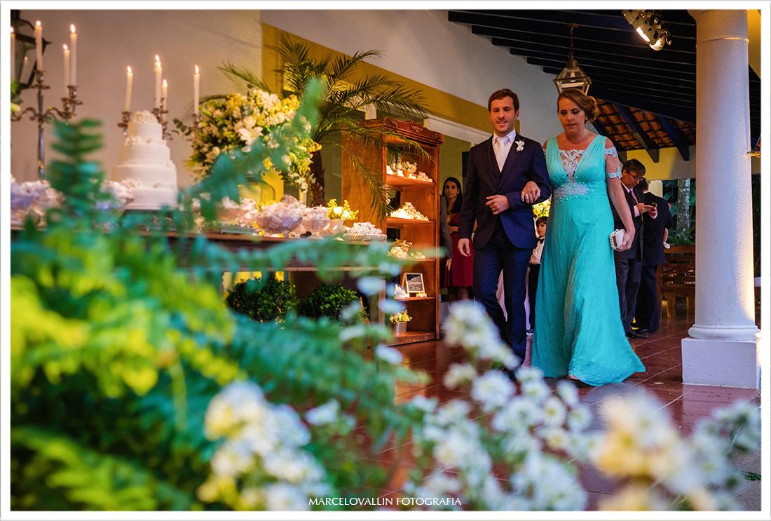 Fotografia de Casamento Petrópolis - noivo na cerimonia Pousada Vila Brasil