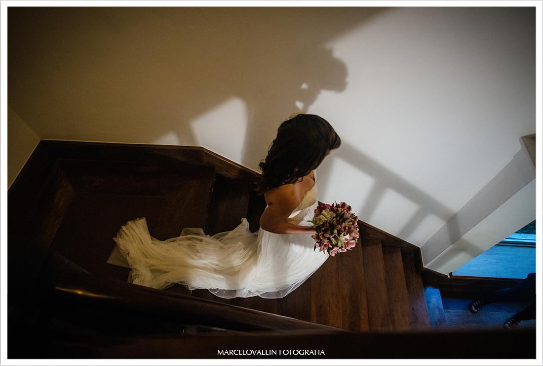 Fotografia de Casamento Petrópolis - descendo escadas Pousada Vila Brasil