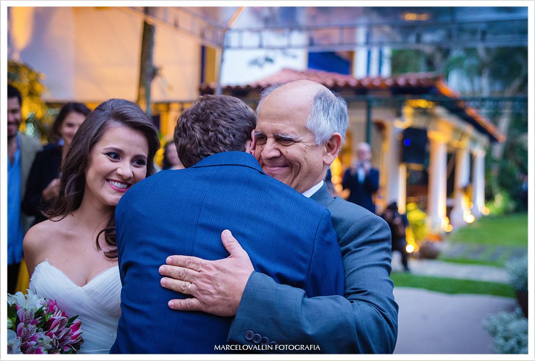 Fotografia de Casamento no campo Petrópolis - abraço do sogro no noivo
