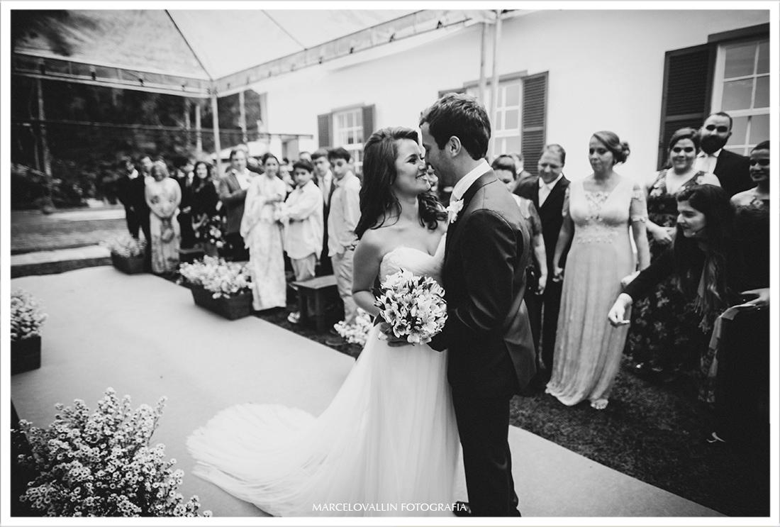 Fotografia de Casamento no campo Petrópolis - beijo dos noivos