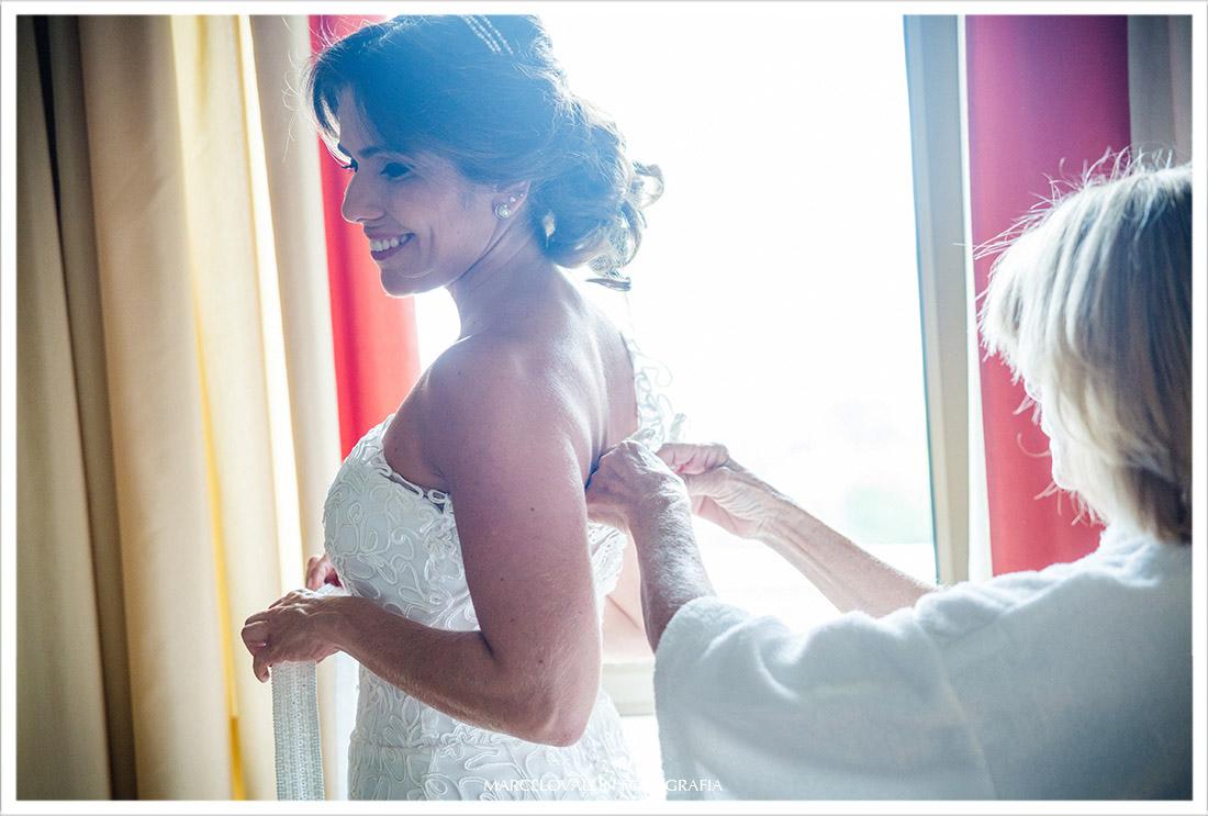 Foto de noiva colocando vestido