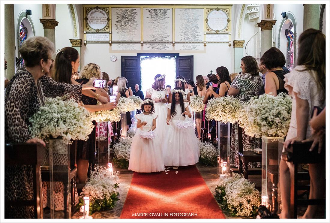 Foto das daminhas entrando na igreja - Casamento Capela Real RJ
