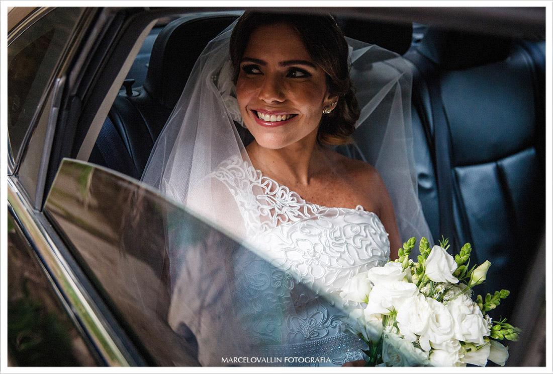 Fotografia da Noiva dentro do carro - Casamento Capela Real RJ