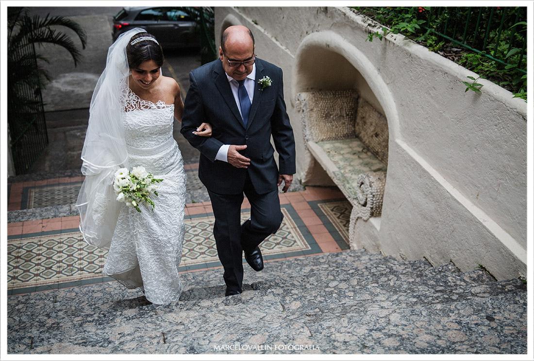 Foto da noiva entrando na igreja Capela Real RJ