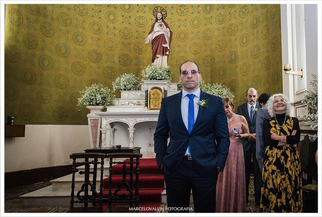 Fotografia do noivo no altar