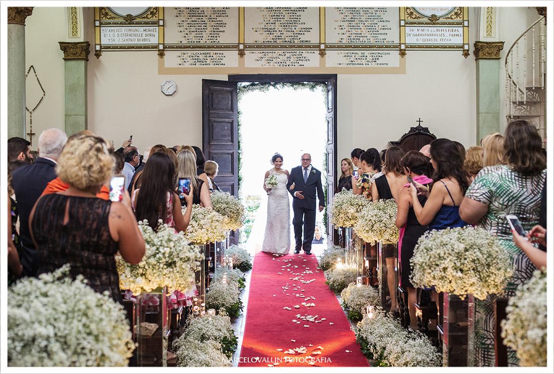 Fotografia de casamento noiva entrando na igreja