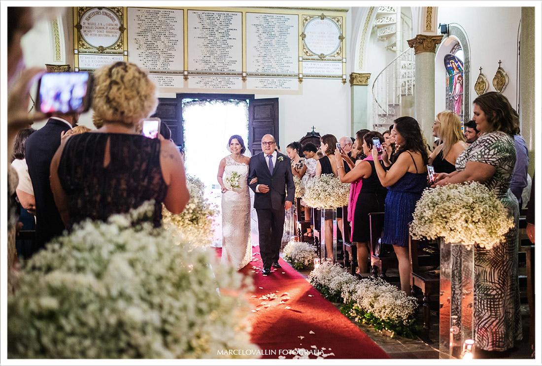 Fotografia de casamento rj noiva entrando na igreja