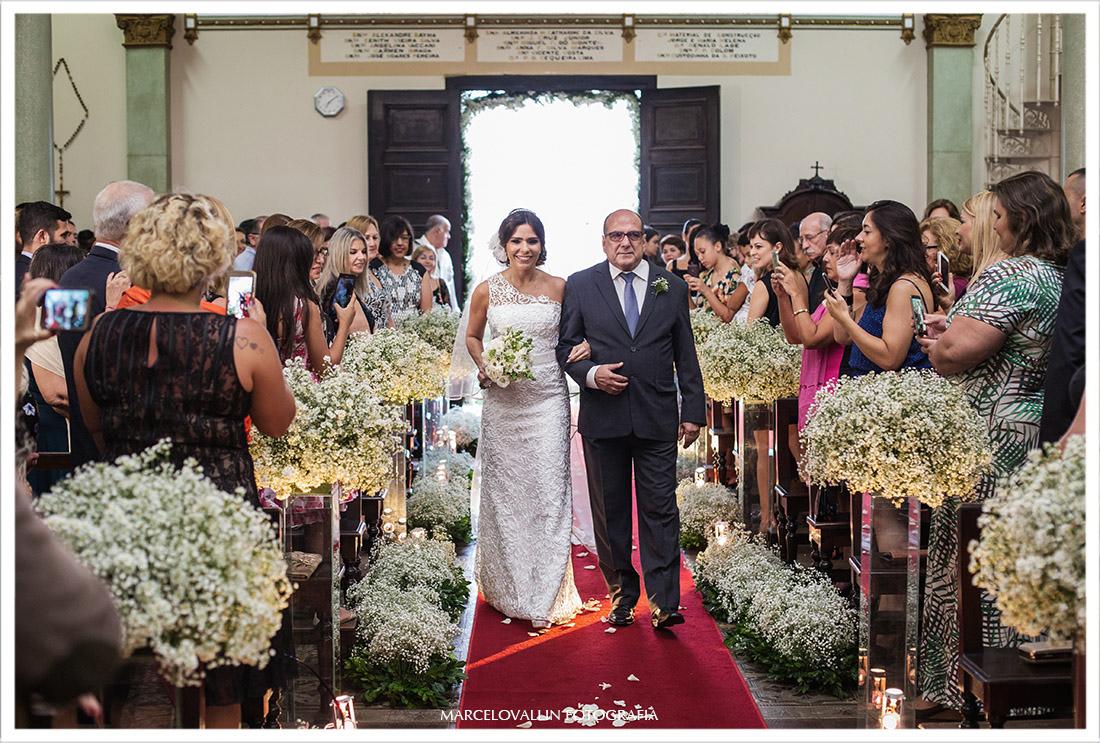 Foto de casamento noiva entrando na igreja