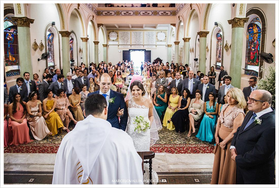 Foto dos noivos no altar da igreja