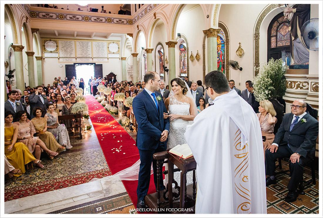 Fotos dos noivos sorrindo no altar  da igreja