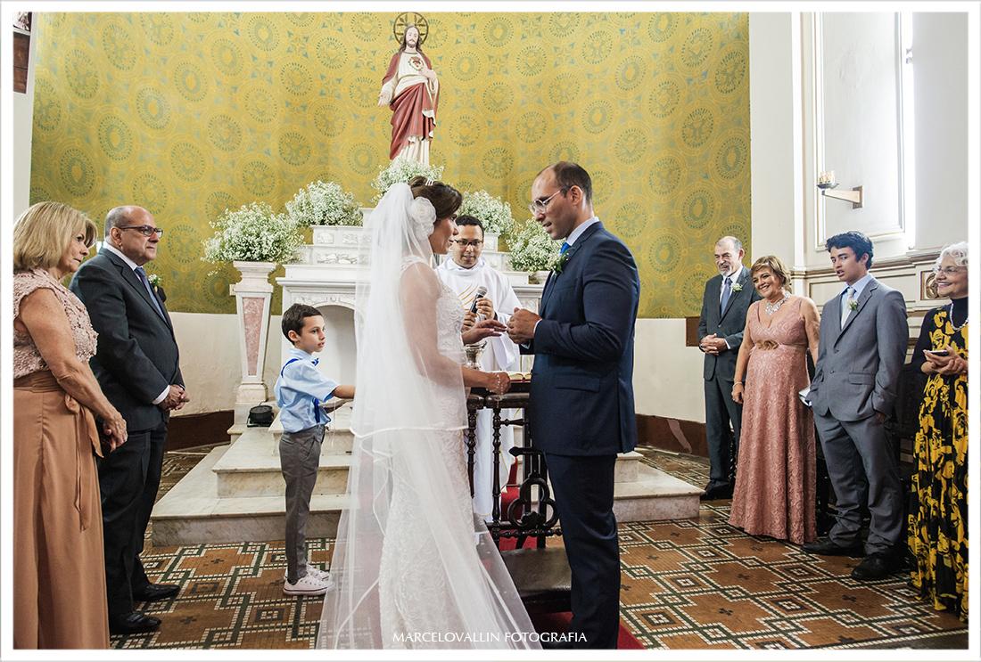 Fotografia de Casamento, noivos colocando alianças - Capela Real RJ | Roberta e Pedro