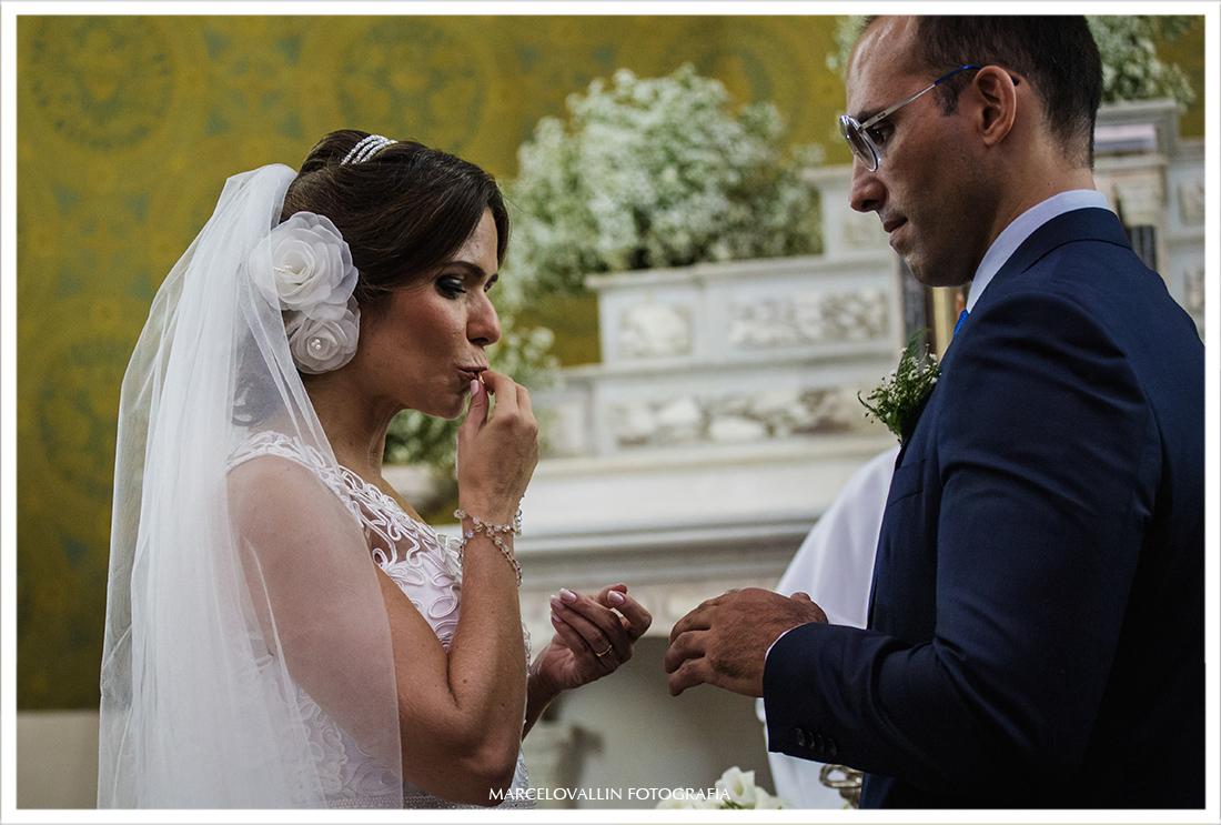 Foto da noiva colocando aliança no noivo