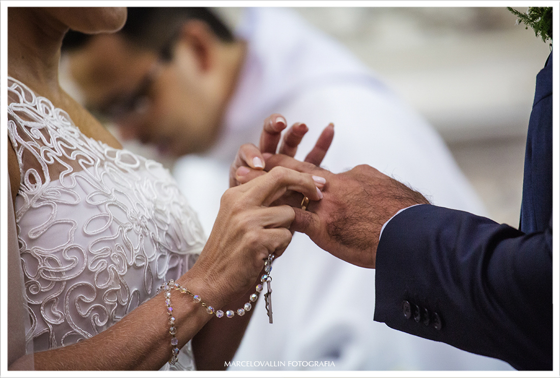Fotografia da noiva colocando aliança no noivo - Capela Real RJ
