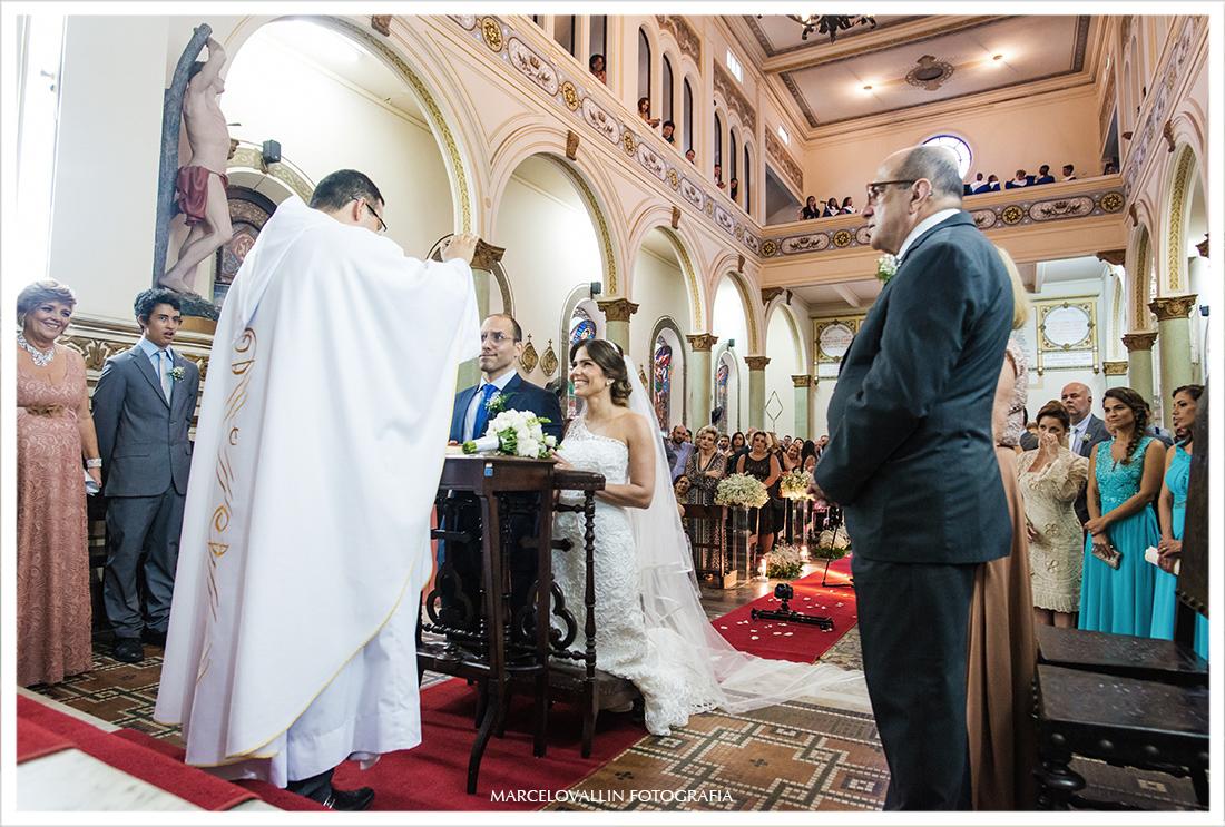 Fotografia dos noivos no altar da capela Real RJ