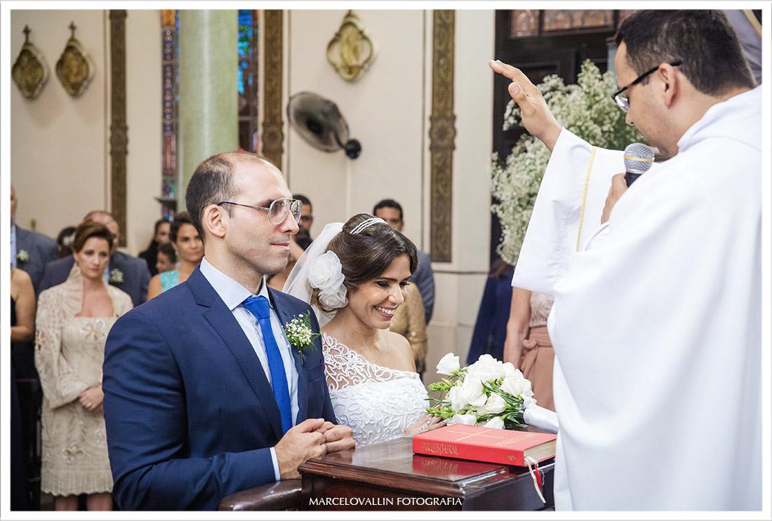 Foto dos noivos de joelhos na cerimonia de casamento