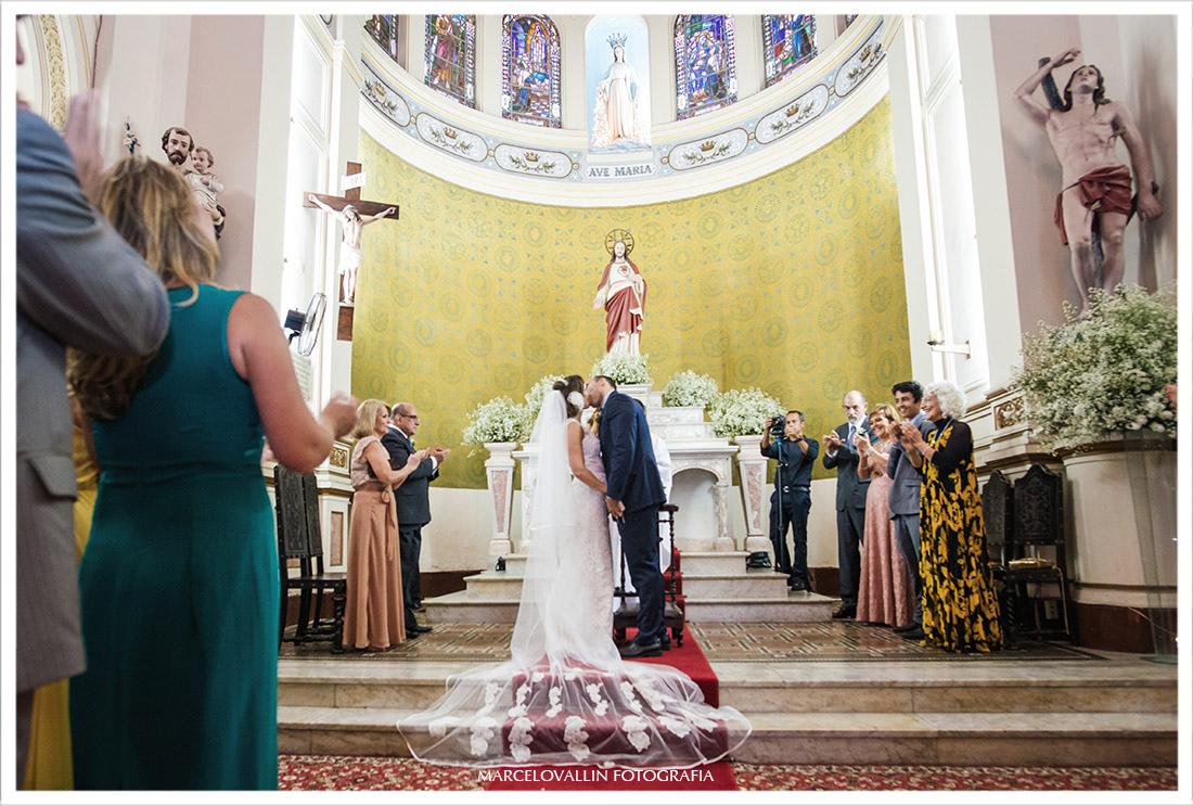 Foto do beijo dos noivos capela real