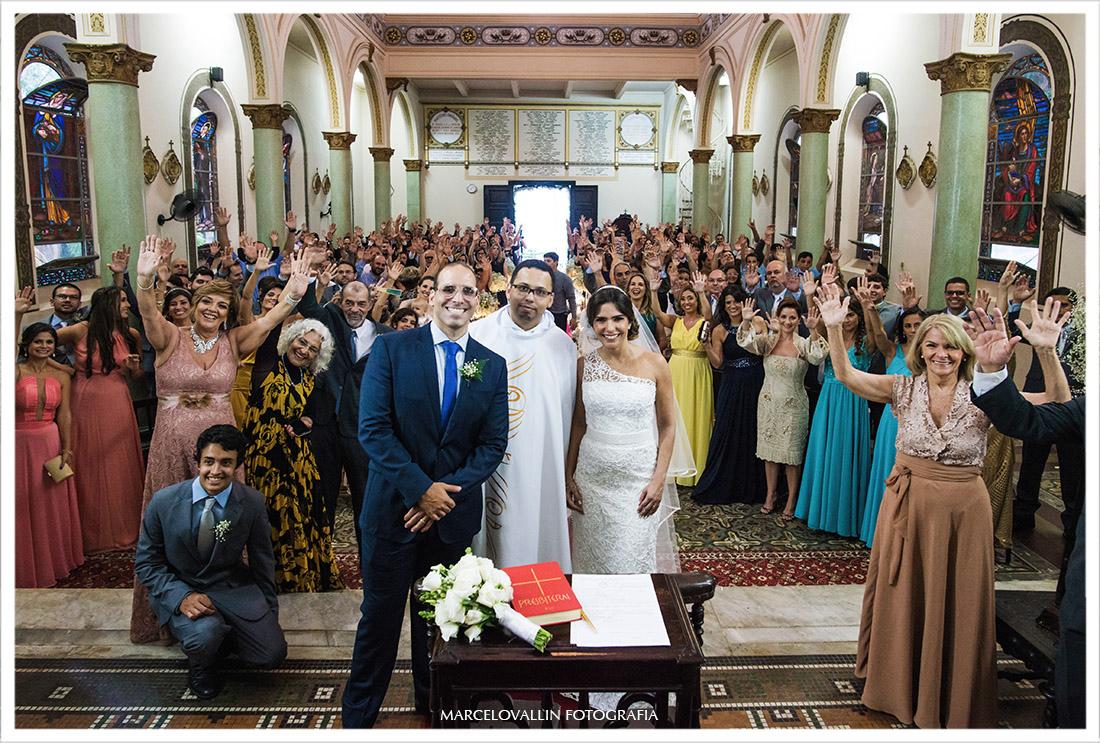 Foto dos noivos com o Padre