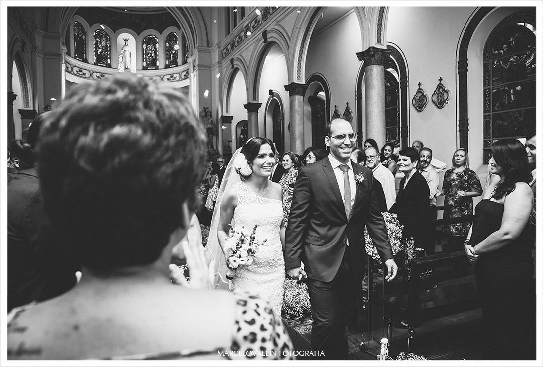 Fotografia da saída dos noivos da Capela Real