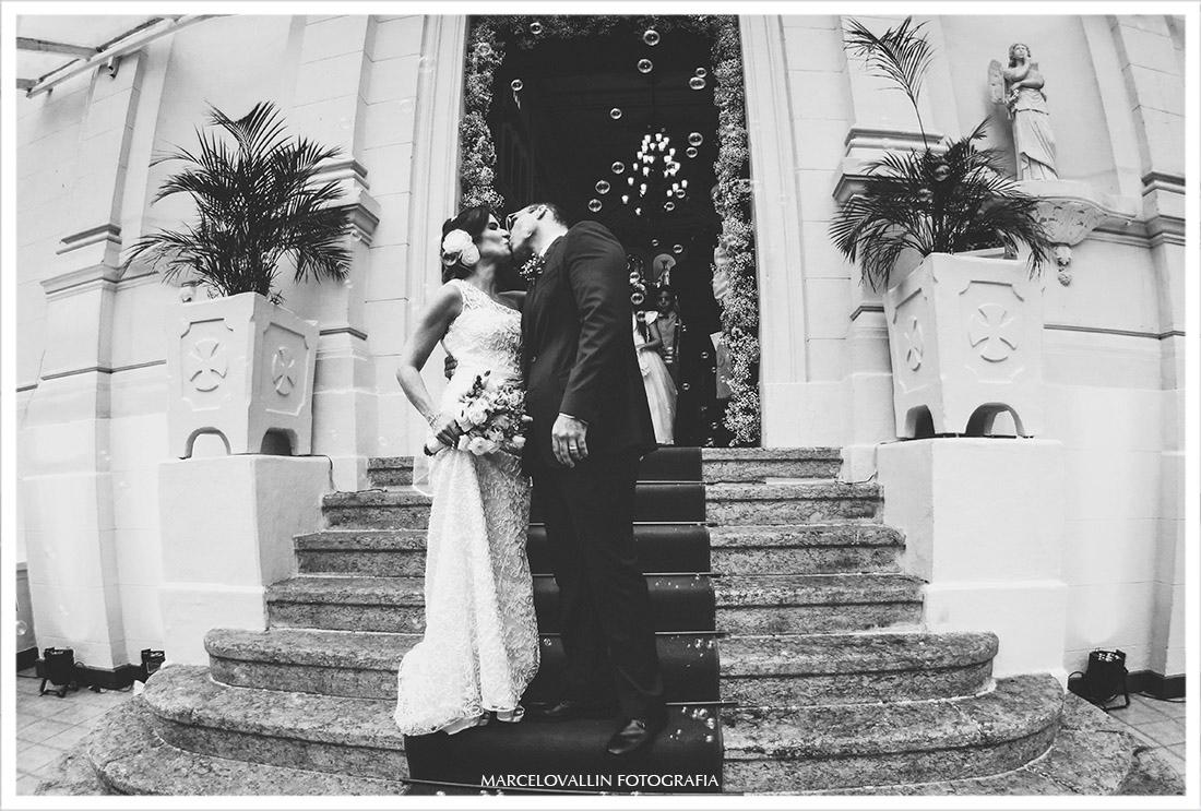 Beijo dos noivos a saída da Igreja