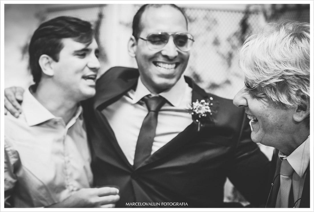 Foto do noivo e amigos sorrindo