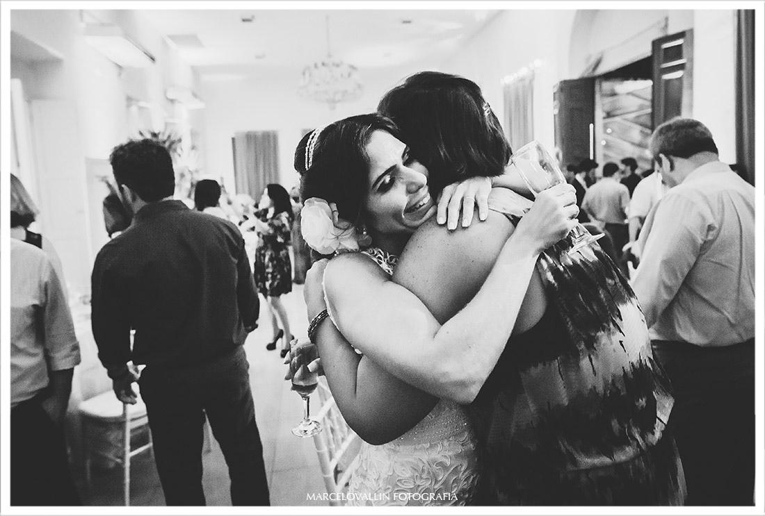 Fotografia da noiva abraçando amigos
