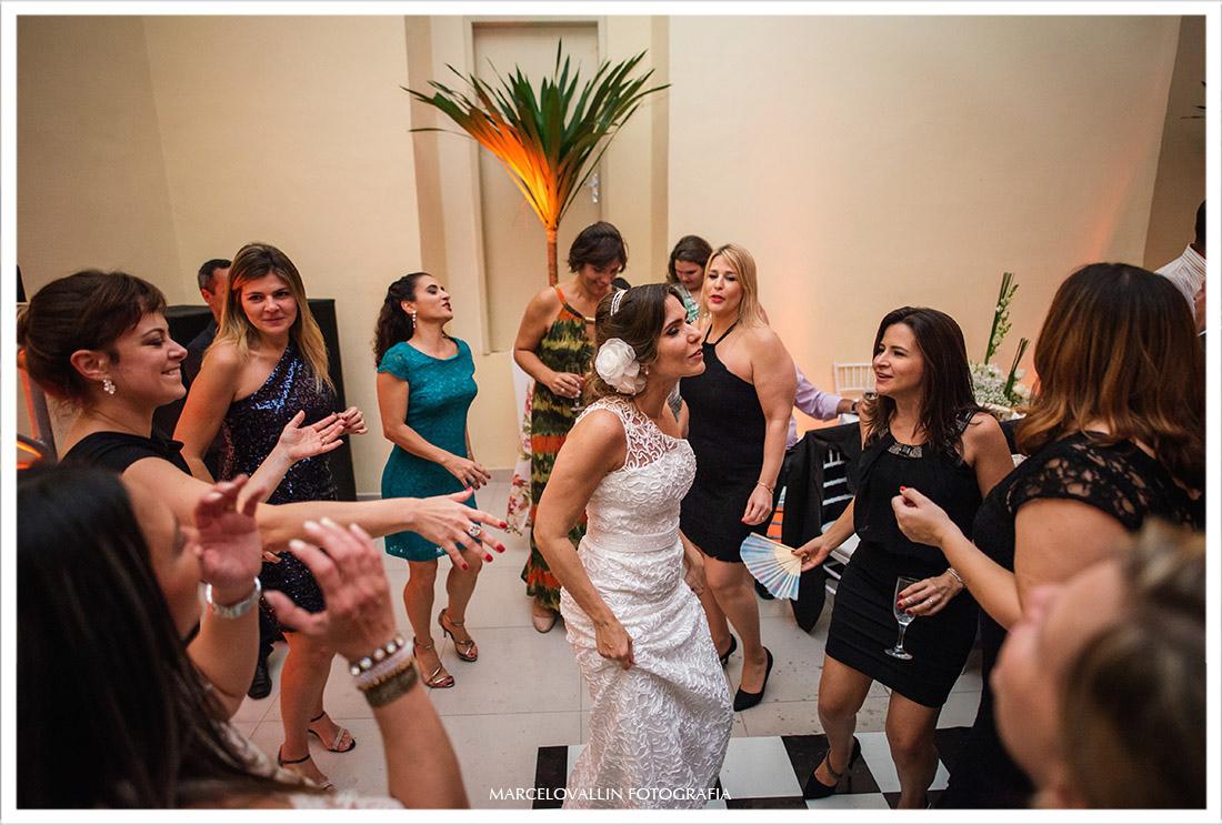Foto da Noiva dançando com amigas na festa de casamento