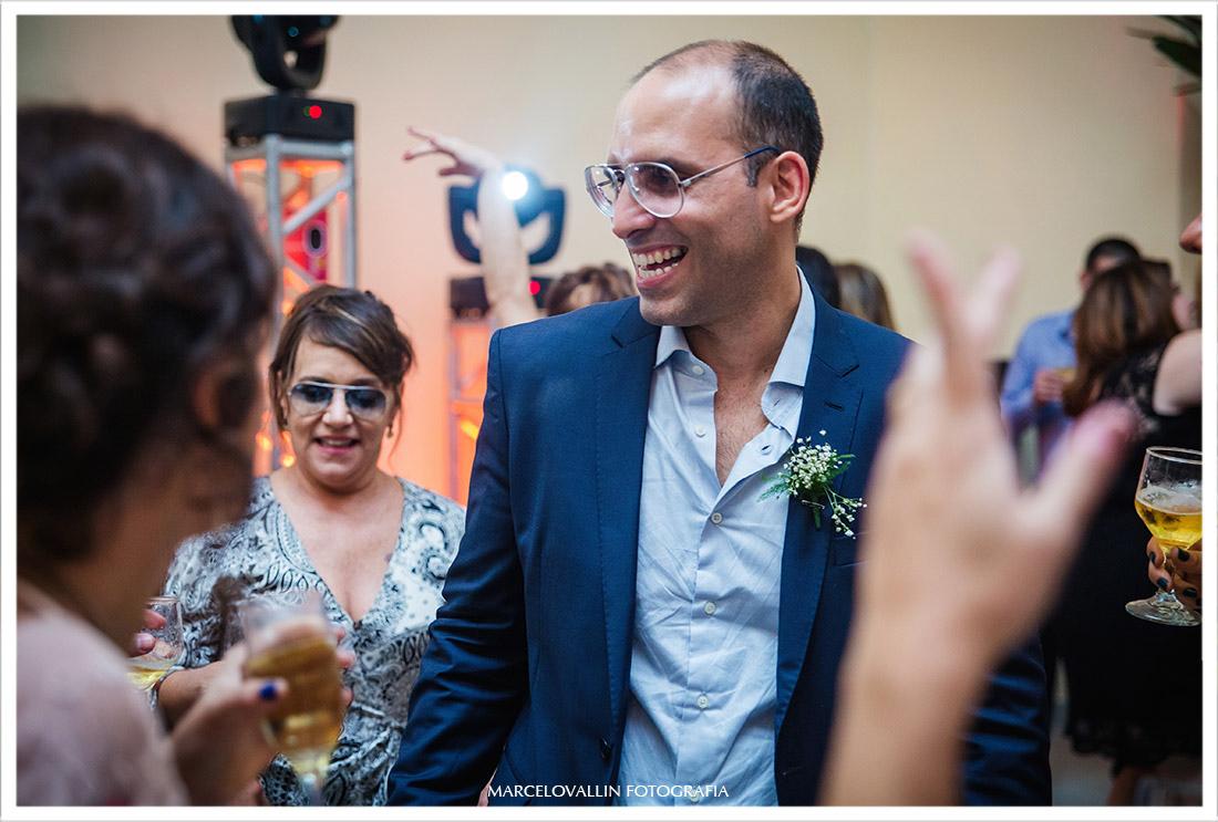 Fotografia do noivo dançando