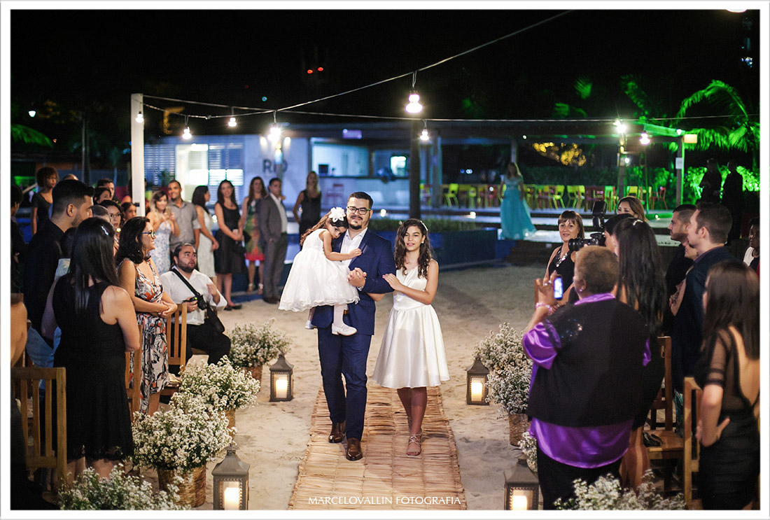 Foto do noivo entrando na cerimonia Mini wedding