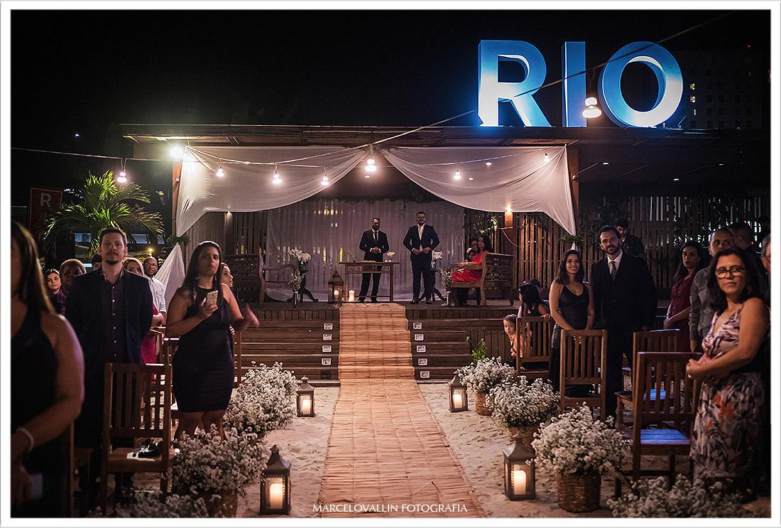 Foto do noivo aguardando a noiva no altar