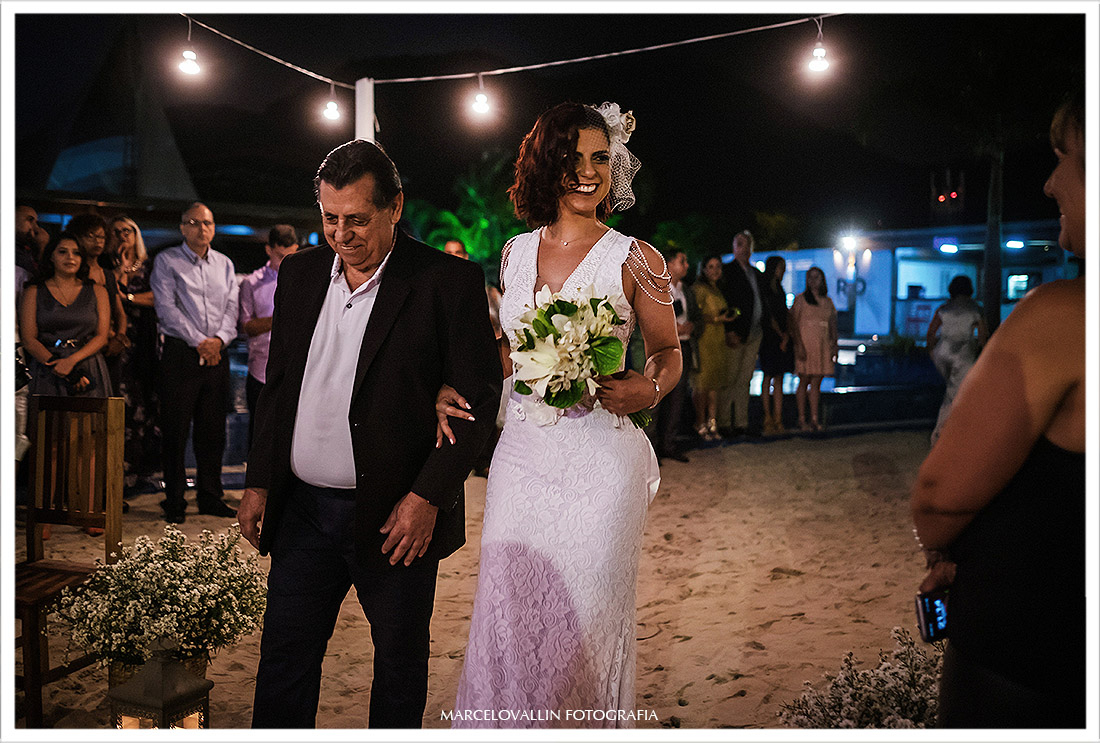 Foto da noiva entrando na cerimonia com o pai - Mini wedding rj