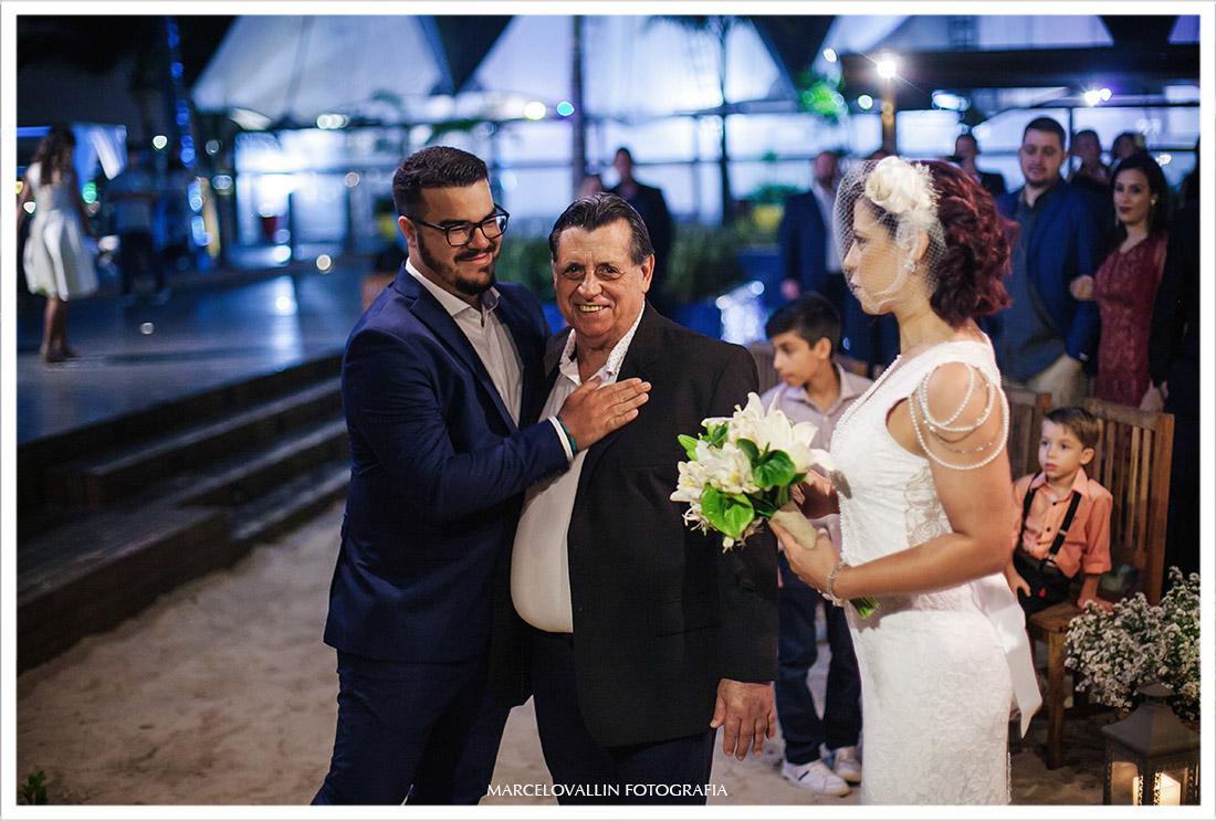 Foto do Noivo comprimentando o pai da noiva