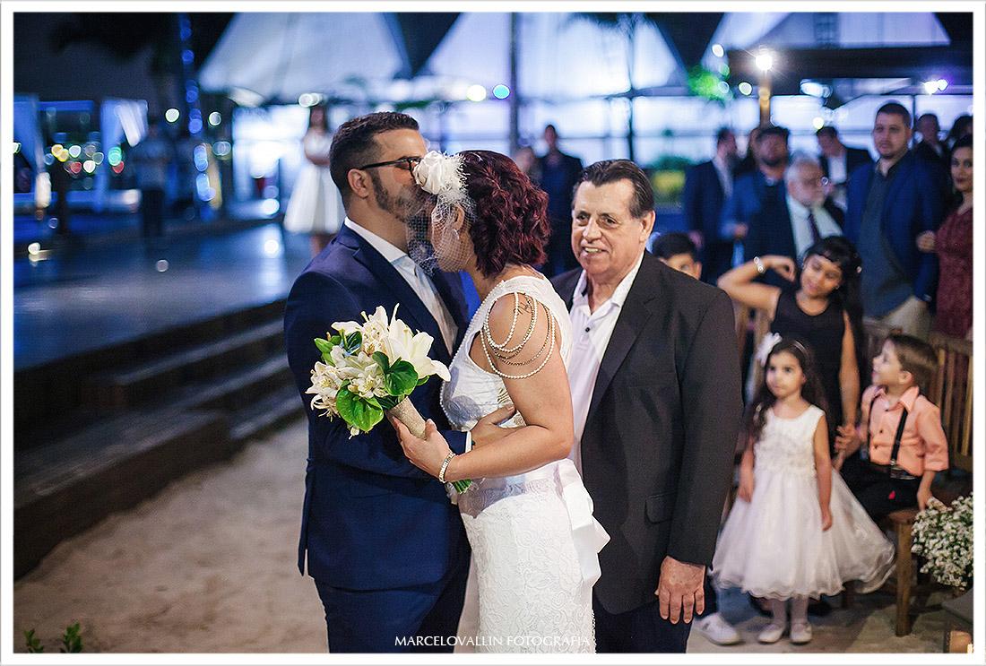 Foto do Noivo recebendo a noiva das mãos do Pai