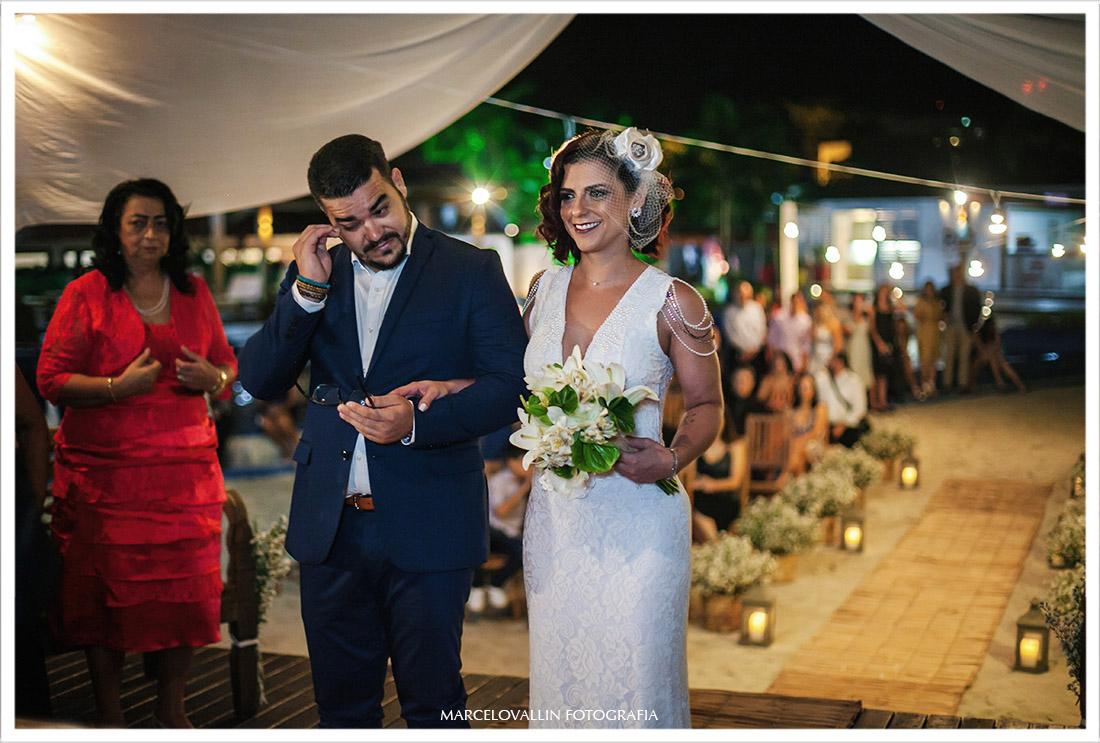 Foto do noivo chorando na cerimonia de Mini wedding