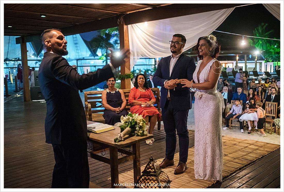 Foto dos noivos e celebrante