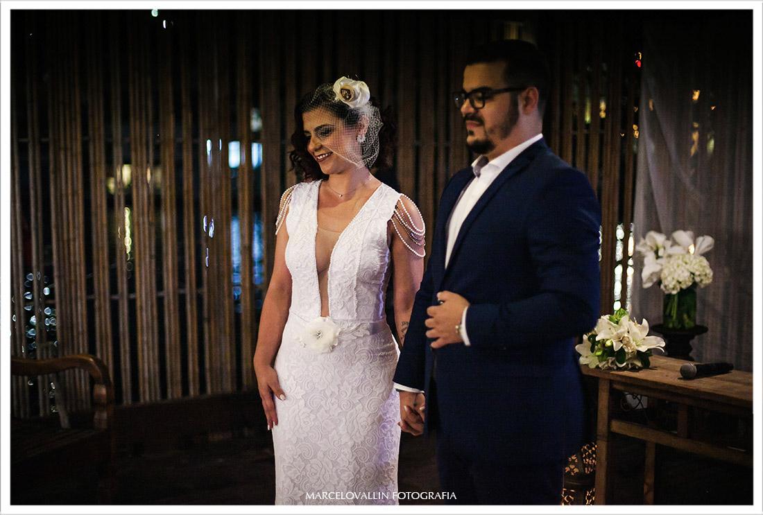 Fotografia dos noivos aguardando as alianças