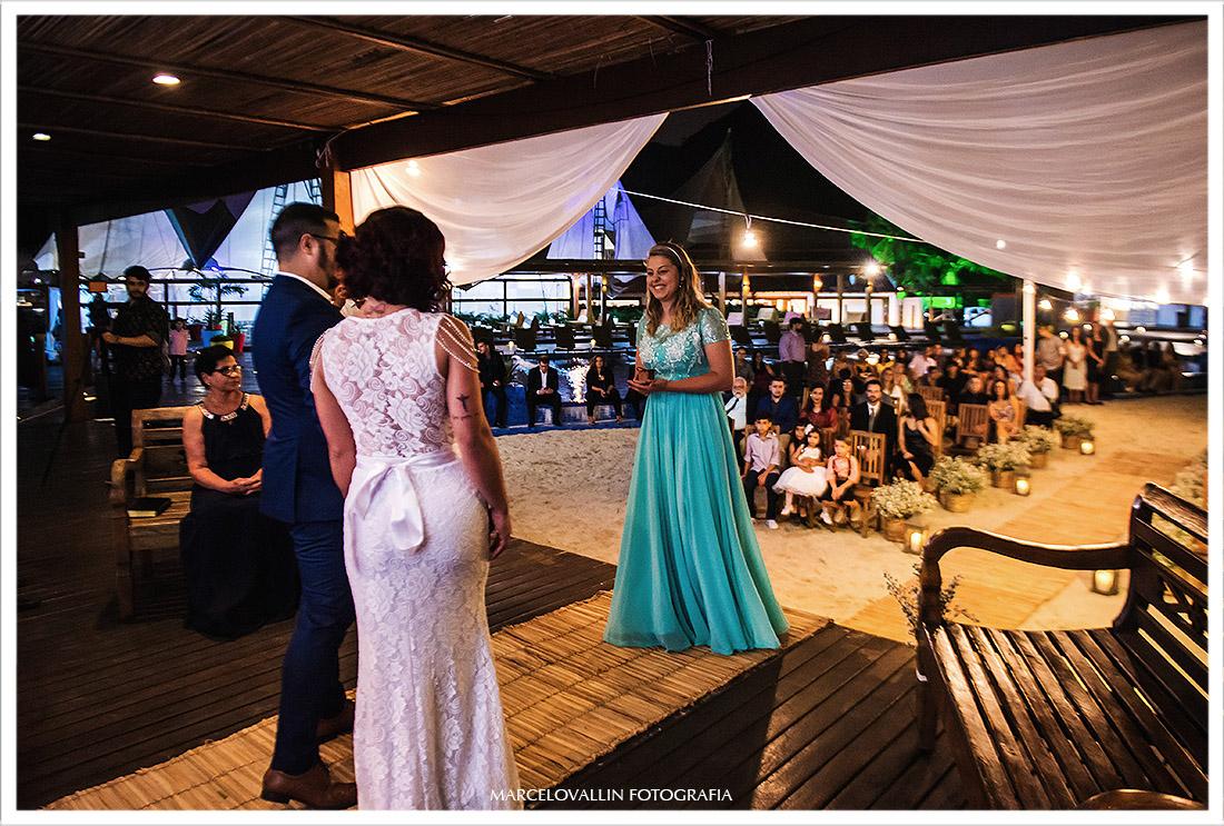 Fotografia dos noivos aguardando as alianças na cerimonia
