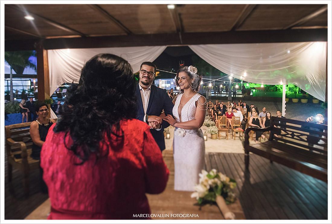 Fotografia ds noivos e celebrante na cerimonia de casamento na barra da tijuca