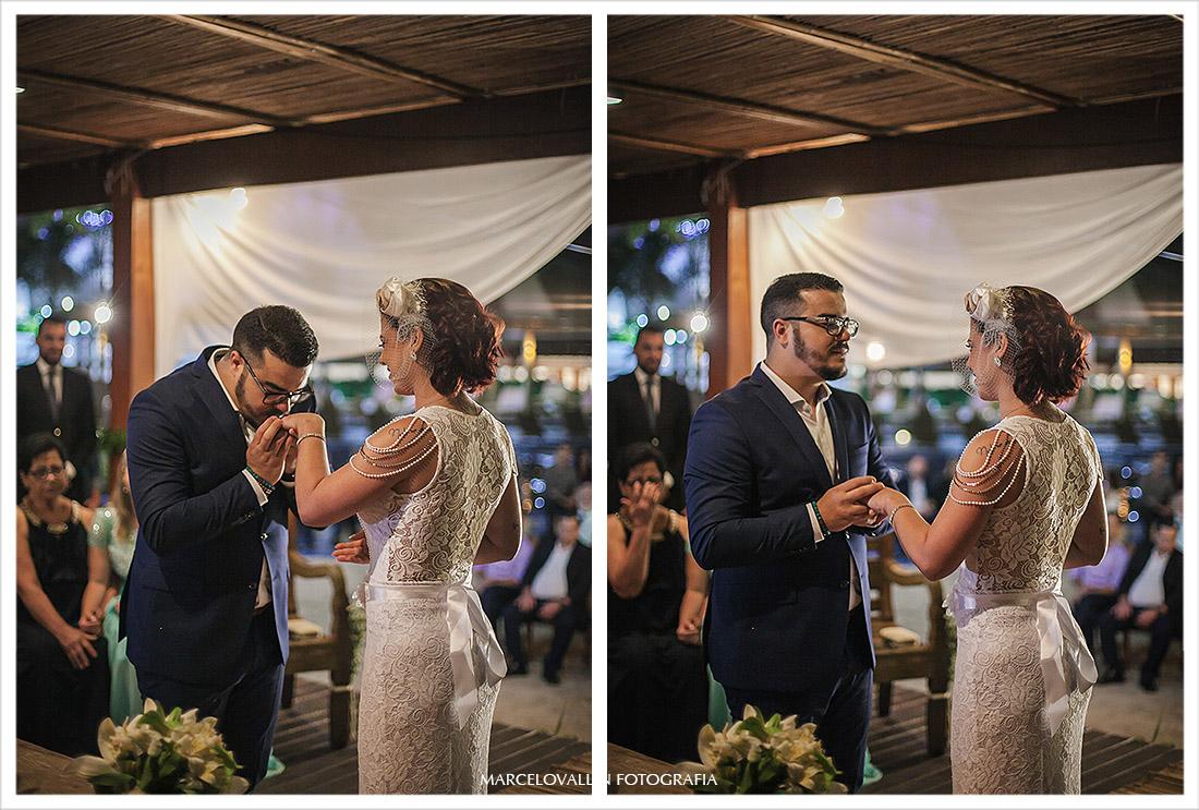 Fotografia do Noivo beijando aliança na Noiva