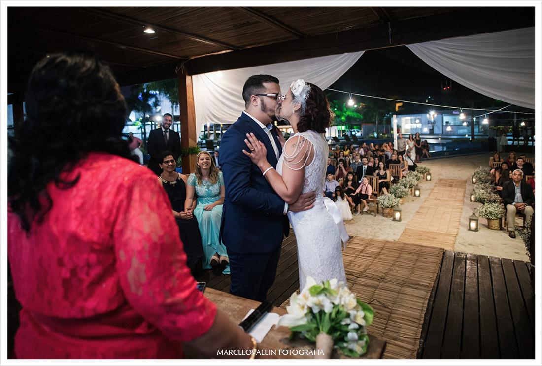 Foto do beijo dos noivos na cerimonia de Mini Wedding
