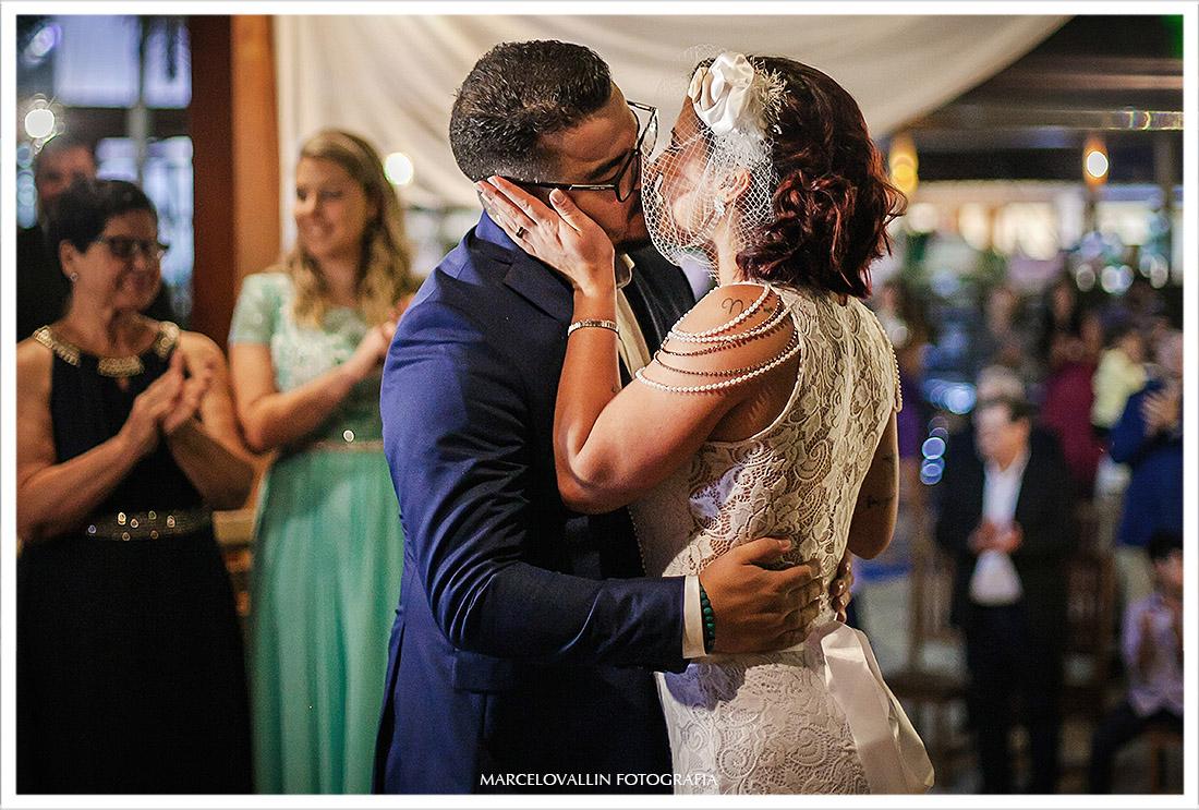 Foto do beijo dos noivos na cerimonia de Mini Wedding rj
