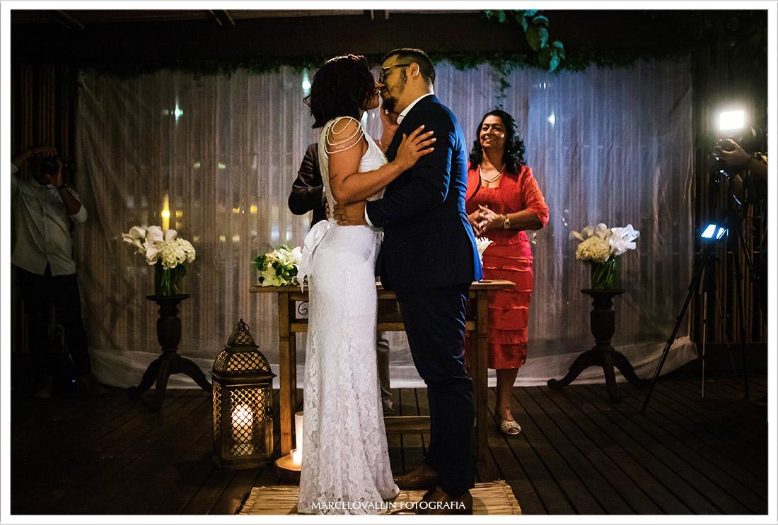 Fotografia do beijo dos noivos na cerimonia de Mini Wedding rj