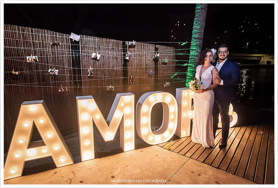 Foto noivos no painel Love