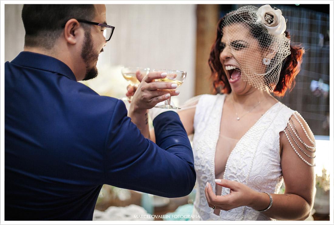 Fotografia do brinde dos noivos clube Naília Eventos