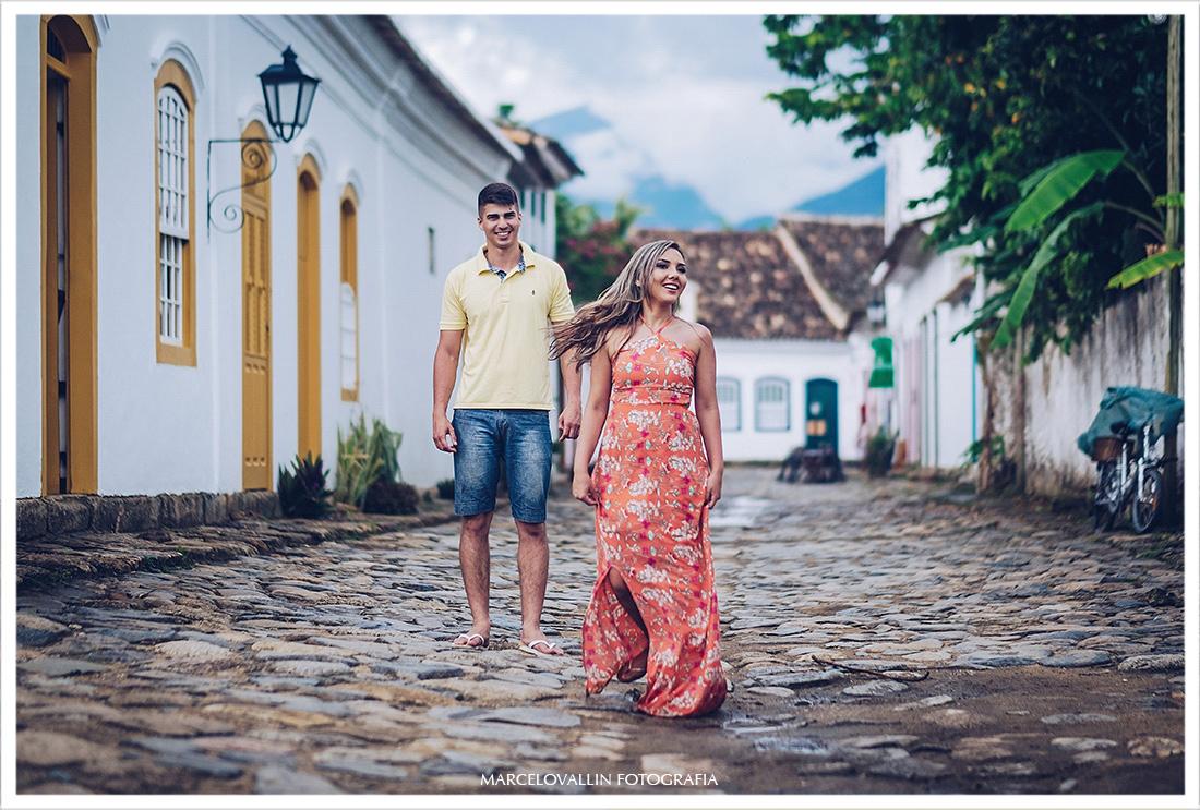 Foto de ensaio casal nas ruas de Paraty