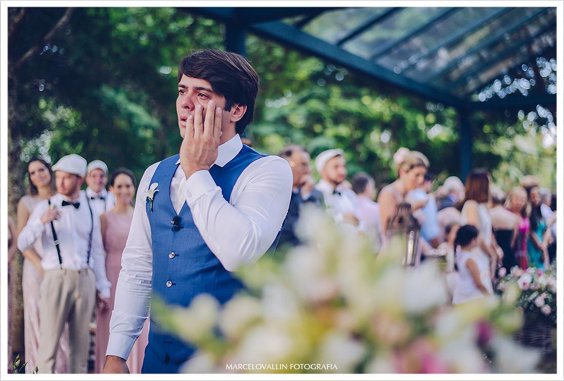 Foto do noivo emocionado