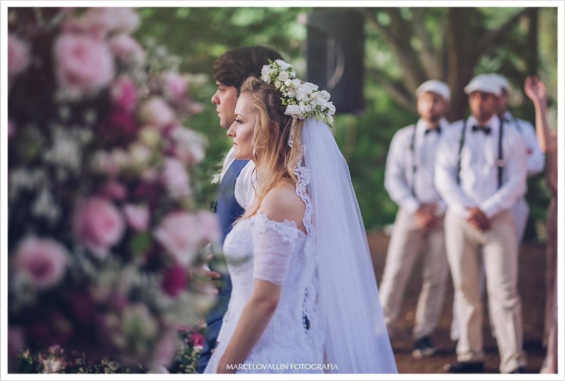 Foto ds noivos na cerimonia de casamento ao ar livre
