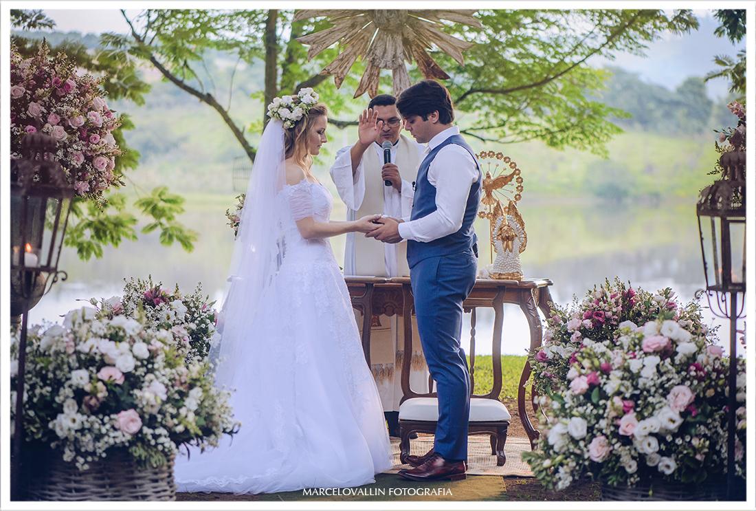 Foto de troca d alianças em cerimonia de casamento