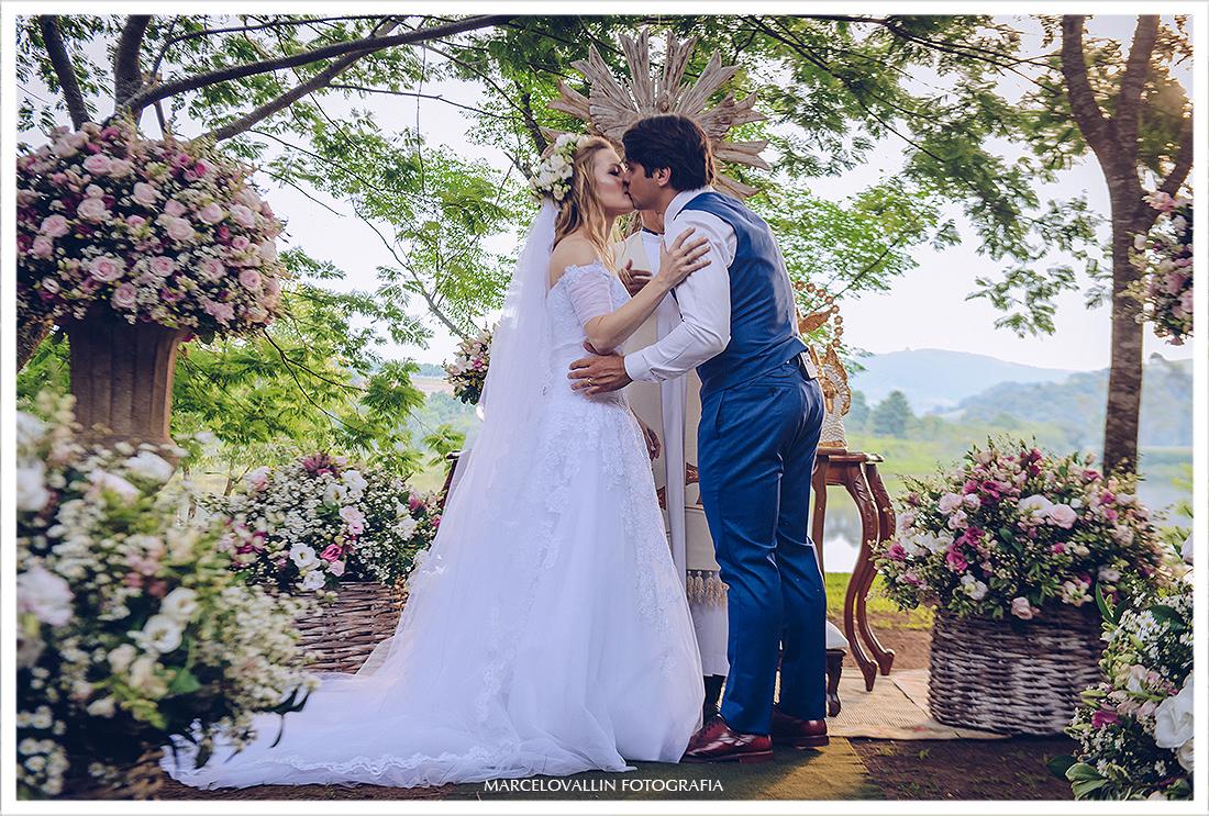 Beio dos noivos em cerimonia de casamento